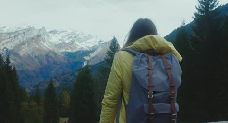 Hiker-Enjoying-Montaña-View