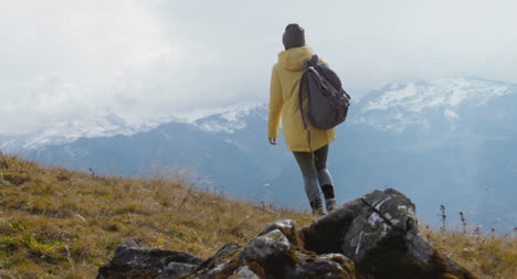 Caminante-sentado-en-la-ladera-01