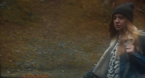 Mujer-haciendo-autostop-02