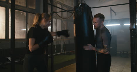 Mujer-boxeo-en-gimnasio