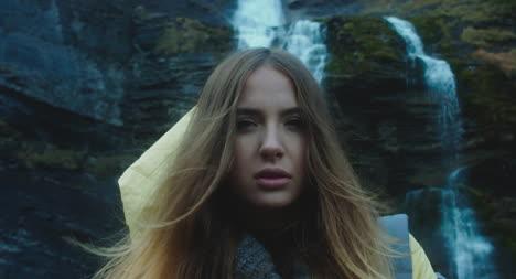Junge-Frau-Vor-Wasserfall