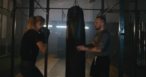 Hombre-y-mujer-en-el-gimnasio-de-boxeo