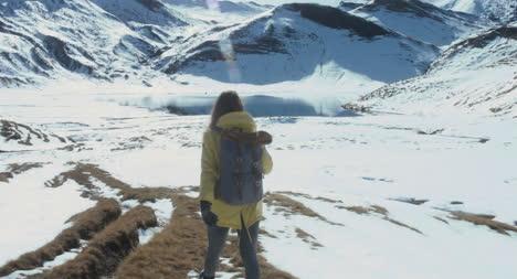 Mujer-caminando-en-la-nieve