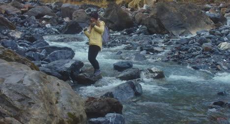 Mujer-bailando-por-río