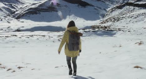 Mujer-joven-en-la-nieve