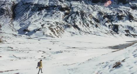 Mujer-caminando-en-la-nieve-01