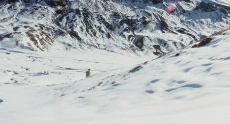 Mujer-caminando-en-la-nieve-02