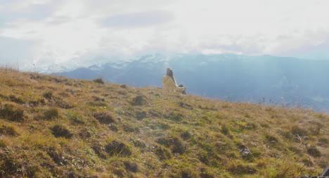 Mujer-sentada-en-una-ladera-04