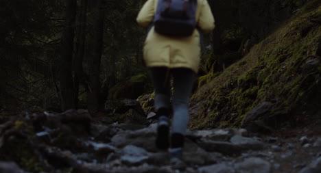 Mujer-caminando-por-sendero-rocoso