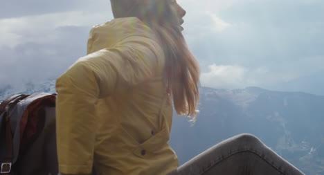 Excursionista-descansando-en-la-mochila-01