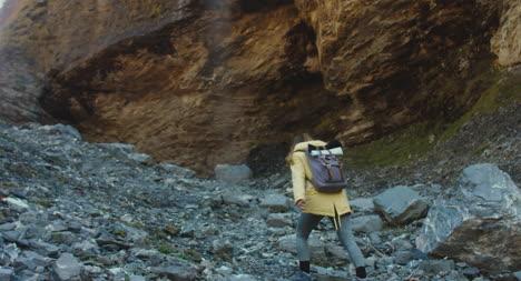 Wanderer-In-Felslandschaft-02