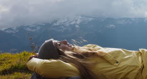 Excursionista-descansando-en-la-mochila-02