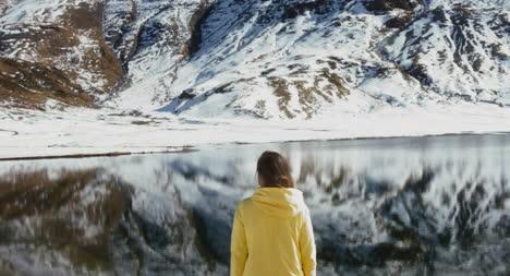 Mujer-por-Frozen-Lake-01