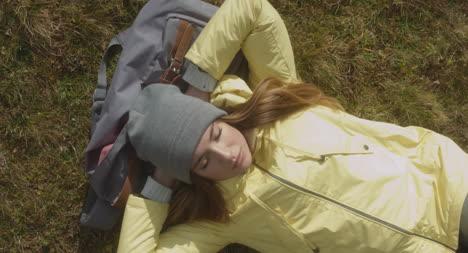 Excursionista-descansando-en-la-bolsa-aérea-01