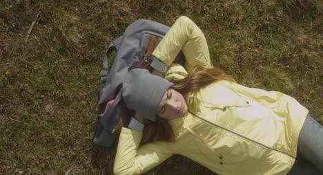 Excursionista-descansando-en-la-bolsa-aérea-02