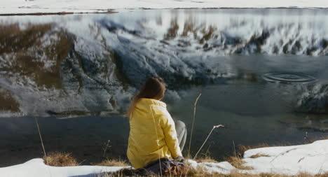 Wanderer-Wirft-Schneeball-In-Den-See-01