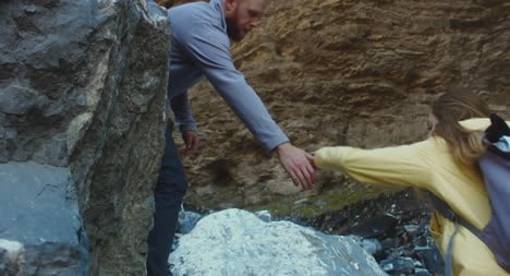 Man-Helping-Woman-on-Hike-02