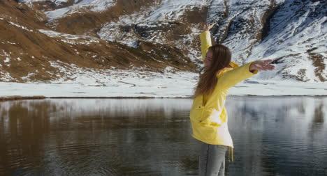 Mujer-feliz-por-lago
