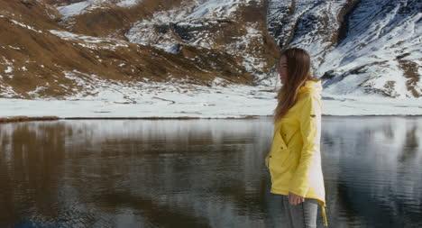 Mujer-saltando-por-el-lago-nevado