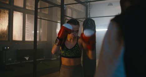 Mujer-Kickboxing-con-Hombre-01