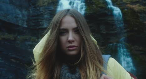 Mujer-joven-frente-a-la-cascada-04
