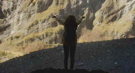 Feliz-excursionista-en-las-montañas
