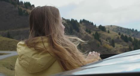 Mujer-saliendo-del-coche-CU