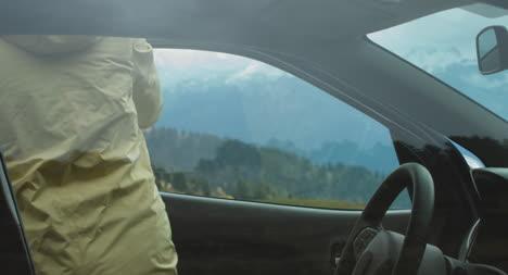 Frau-Stoppt-Auto-In-Bergen-01
