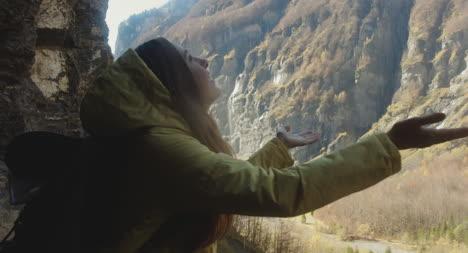 Mujer-atrapando-gotas-de-cascada