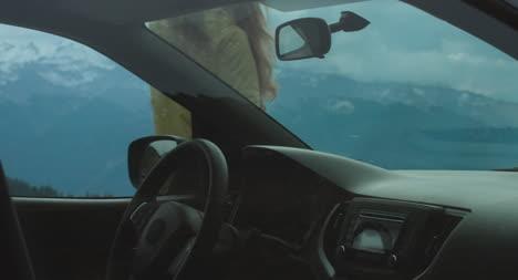 Mujer-deja-el-coche-en-los-Alpes-01