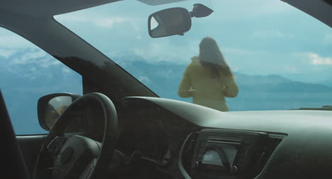 Mujer-deja-el-coche-en-los-Alpes-02
