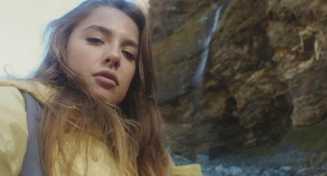 Teléfono-POV-Woman-by-Waterfall-02
