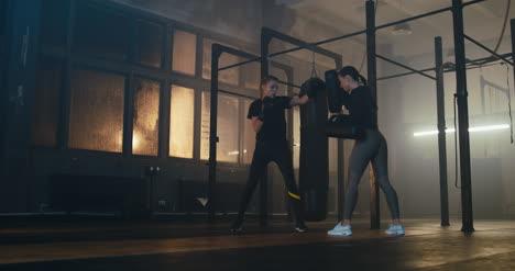 Mujeres-luchando-en-el-gimnasio-03