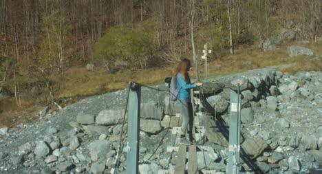 Frau-Auf-Einer-Kleinen-Brücke