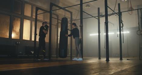 Saco-de-Boxeo-Mujer-con-Entrenador-02