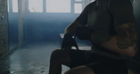 Sportler-Der-Die-Hände-Einwickelt
