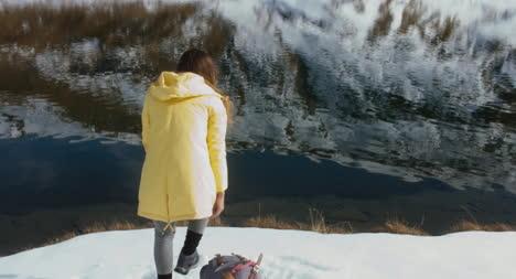 Caminante-se-sienta-por-el-lago-nevado