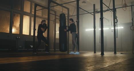 Saco-de-Boxeo-Mujer-con-Entrenador-03