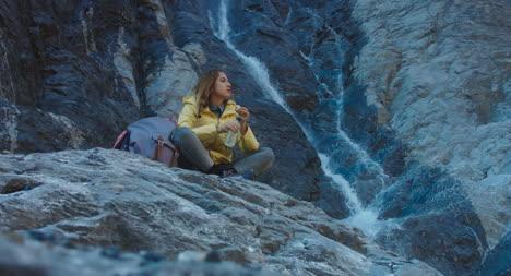 Excursionista-bebiendo-por-cascada