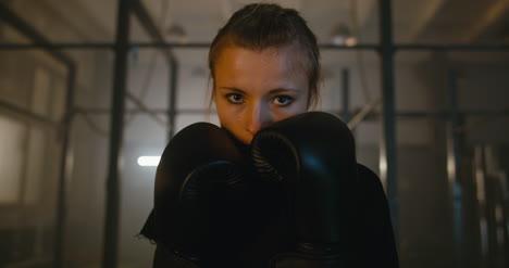 Boxeadora-levantando-puños