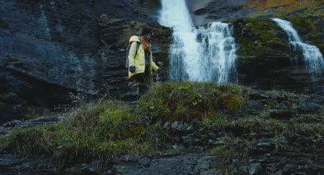 Caminando-sobre-rocas-cerca-de-la-cascada