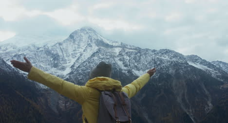 Bergszene-Mit-Wanderer