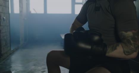 Hombre-poniéndose-guantes-de-boxeo