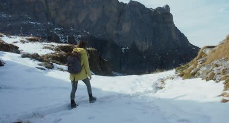 Mujer-feliz-en-la-nieve