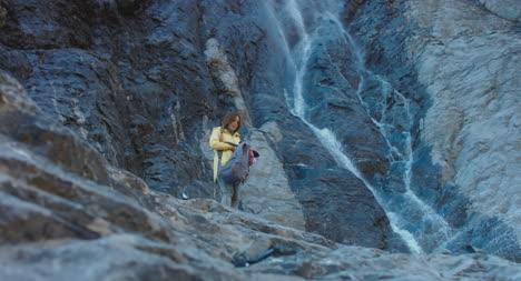 El-caminante-abre-la-mochila-de-Waterfall