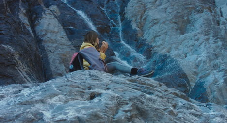 Excursionista-comiendo-picnic-por-cascada-03