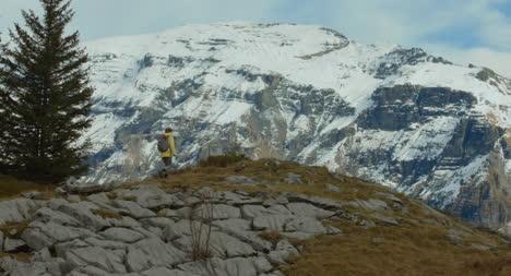 Wanderer-Besteigen-Den-Berg-02