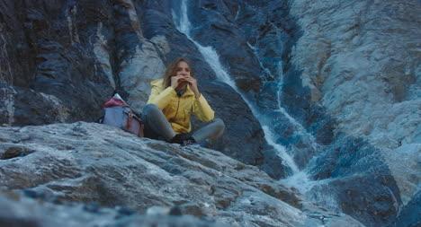 Excursionista-comiendo-picnic-por-cascada-04