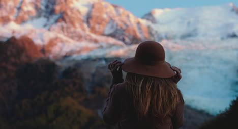 Mujer-Por-Montaña-Al-Atardecer-01-Woman-by-Montaña-at-Sunset-01