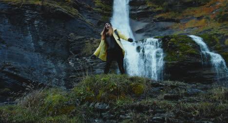Mujer-bailando-frente-a-cascada